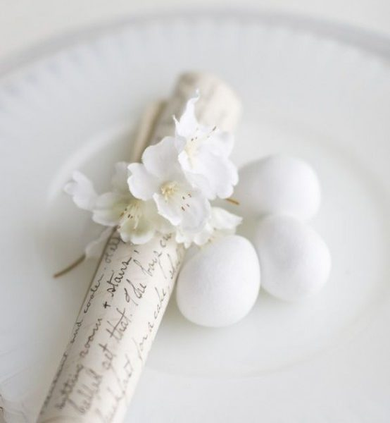 Ph via https://www.digsdigs.com/26-refined-white-easter-decor-ideas/