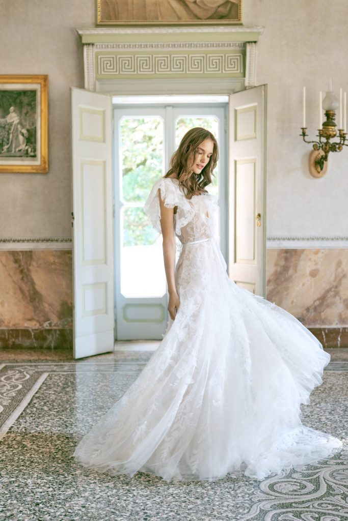 00002-monique-lhuillier-new-york-bridal-fall-2020-credit-kt-merry