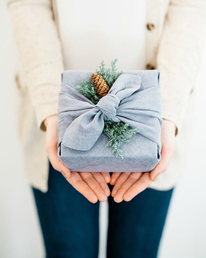 Ph via https://thesweetestoccasion.com/2018/12/cozy-christmas-gift-wrapping-ideas/